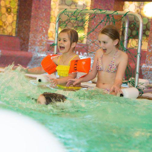Familotel AIGO welcome family, Kinder mit Spaß im Indoorpool