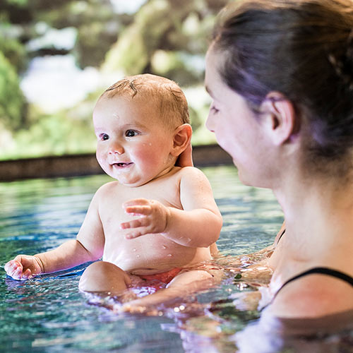 Familienhotel Allgaeuer Berghof, Swimmingpool, Mutter mit Kind