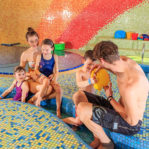 Familotel Elldus Resort, Familie im Kinderbecken, Wellness mit Kleinkind
