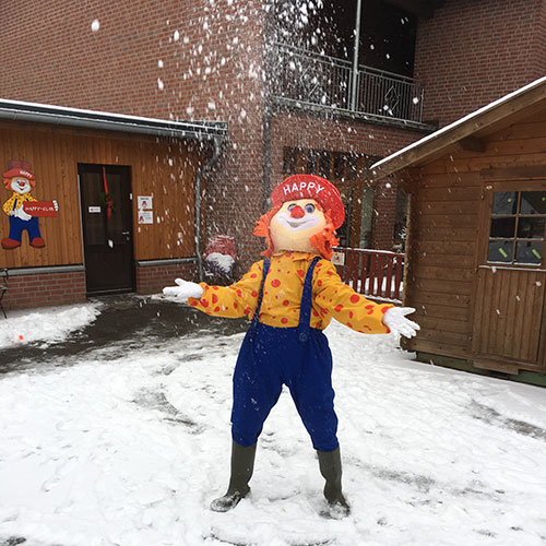 Familotel Ferienhof Laurenz, Clown Happy im Schnee, Kinderhotel