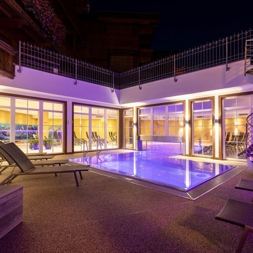 Familienhotel Galtenberg Family Wellness Resort, Outdoorpool in der Nacht, Wellnesshotel in Tirol