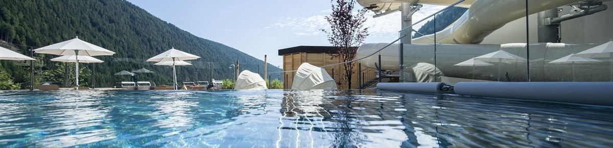 Familotel Huber, Outdoor-Pool im Sommer