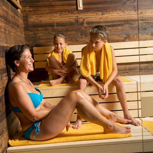Familotel Landgut Furtherwirt, Familie in Sauna, Wellnessurlaub mit Kindern