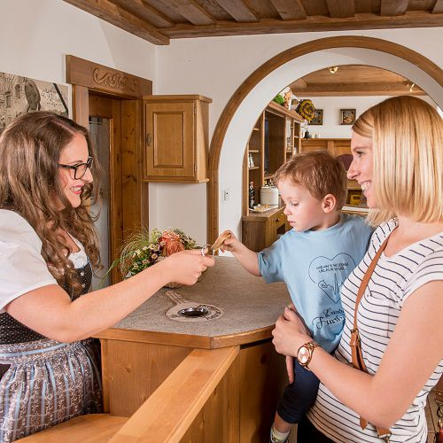 Familotel Landgut Furtherwirt, Familie an Rezeption