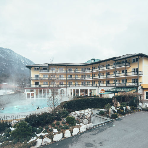 Familienhotel Salzburger Land, Hotel im Winter mit Therme
