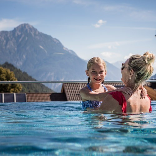 Familienhotel Sailer & Stefan Pool Mutter und Kind