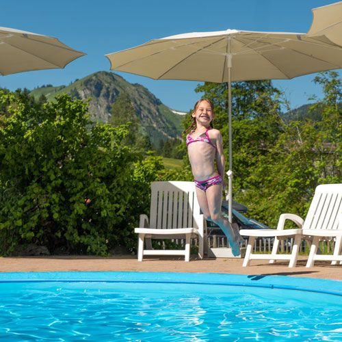 Familotel Spa- & Familien-Resort Krone, Kind springt in Pool, Familienhotel mit Pool
