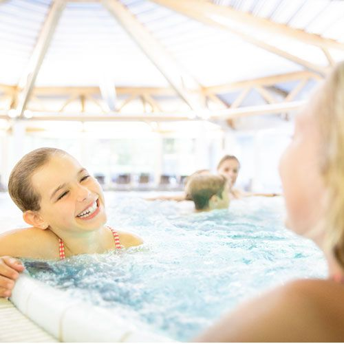 Familotel Swiss Holiday Park, Kinder im Pool, Kinderhotel mit Hallenbad