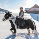 Familotel Swiss Holiday Park, Teenager auf Pferd im Winter, Kinderhotel mit Reitstall