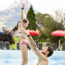 Familotel Swiss Holiday Park, Papa mit Kind im Pool, Familienhotel mit Pool