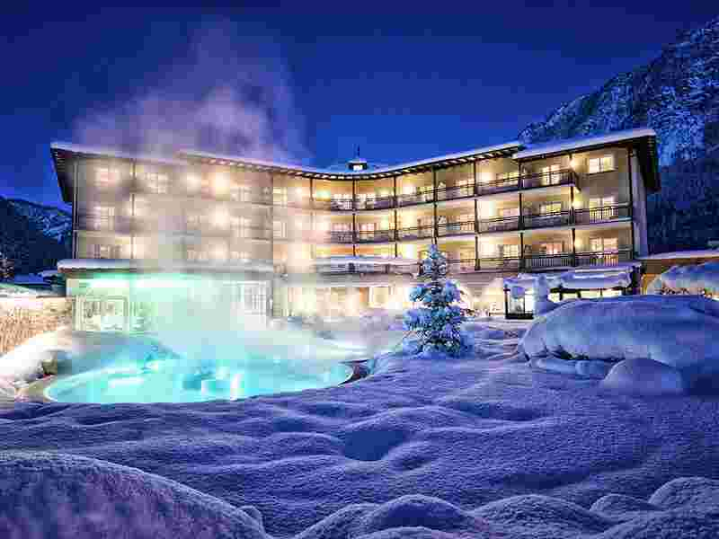 Familienhotel Post Family Resort, Aussenansicht im Winter mit Therme