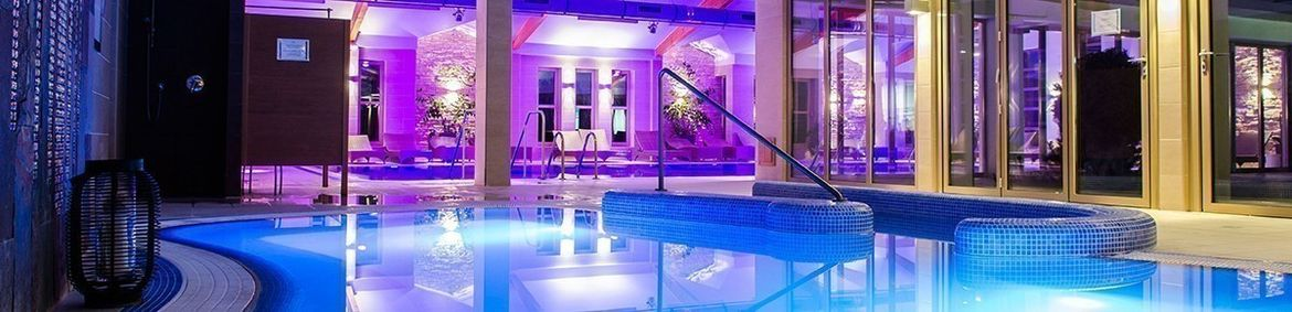 Familotel Kolping Hotel Spa Family Resort, Indoor-Pool beleuchtet