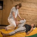 Familotel Landgut Furtherwirt, Frau bei Massage, Wellnessurlaub in Tirol