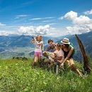 Familie beim Wandern in Zell am See