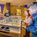 Familotel AIGO welcome family, Kinder beim Kickern, Kinderhotel