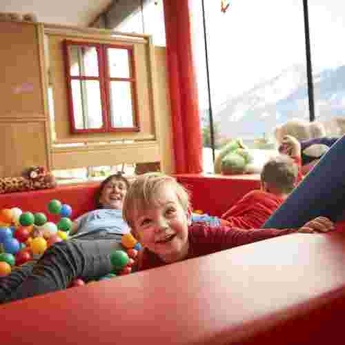 Familienhotel Amiamo, Familotel Zell am See, Familie im Bällebad